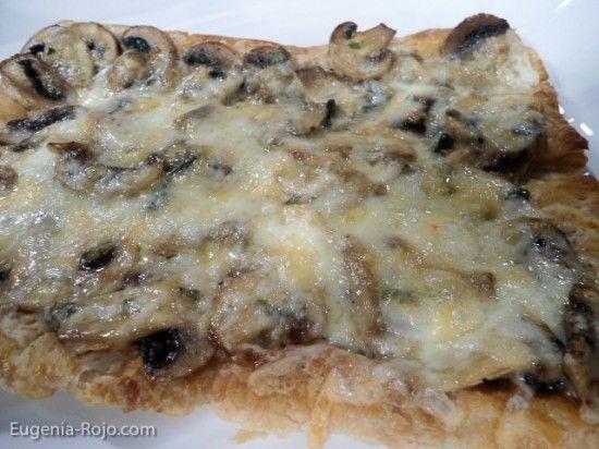 """""""Tarta mil hojas de hongos y queso""""  1 paq masa mil hojas,1 huevo batido con 1 cucharada de agua,1 tza  queso monterrey rallado,1 lib hongos en lascas, 1 cda aceite oliva, 1 cda mantequilla,2 dientes de ajo picaditos,  3 das perejil picadito, ¼ tza crema,  Sal y pimienta."""