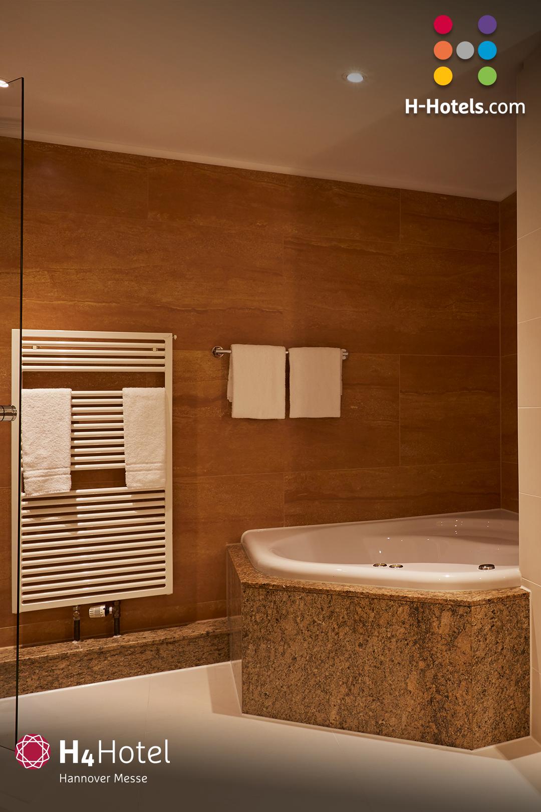 Wellnessluxus In Den Suiten Geniessen H4 Hotel Hannover Messe In 2020 Hannover Messe Hotel Moderne Zimmer