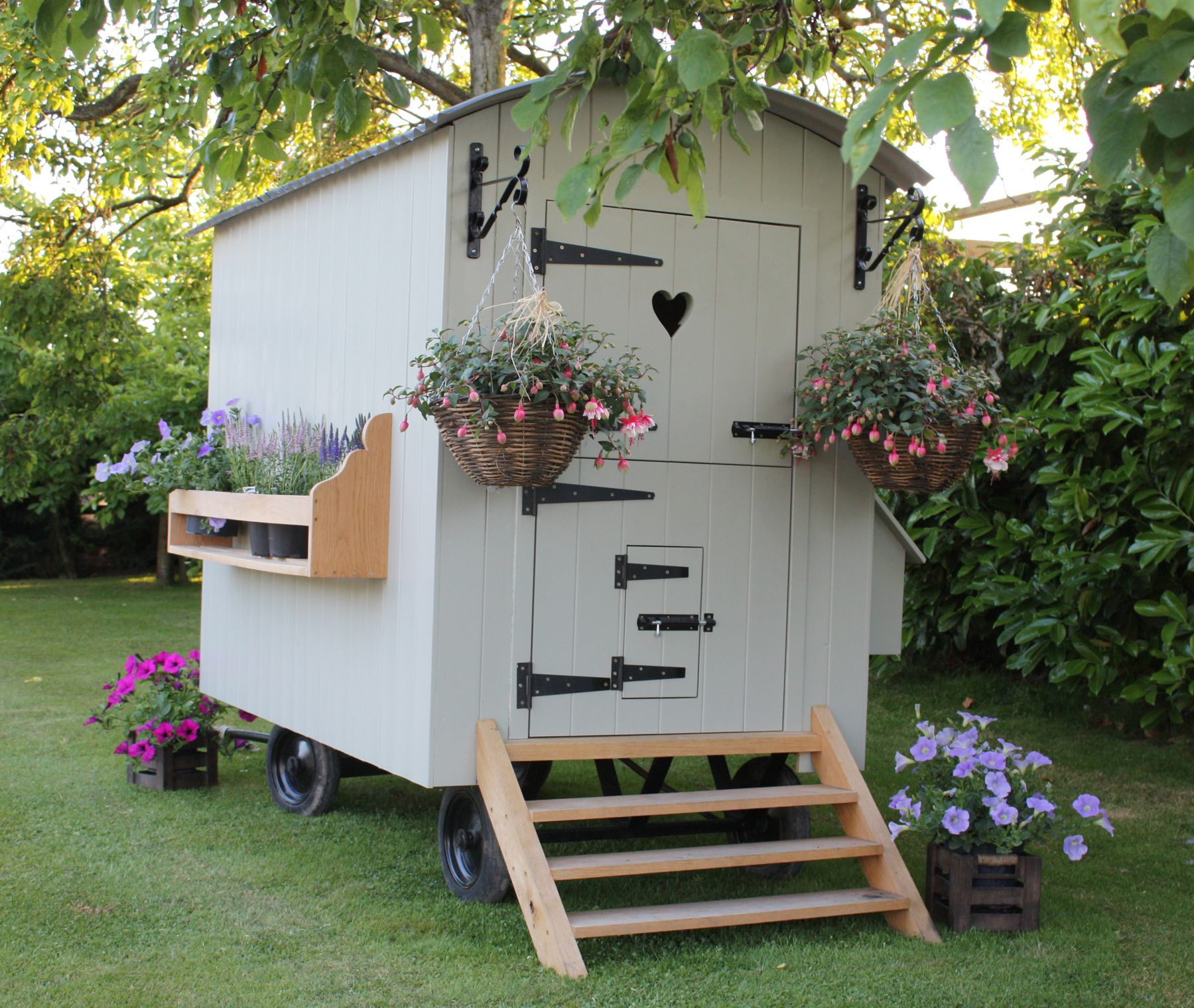 SABIN DESIGNS JOINERY SHEPHERDS HUTS WORCESTERHSIRE - Chicken co op with flowers