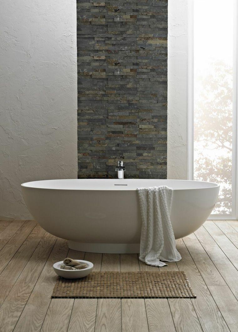 bagno moderno con vasca ovale bianca, asciugamano bianco, tappeto ...