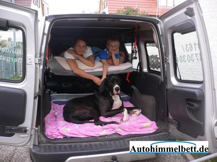 autohimmelbett mit grossem hund viel platz hinter und unter dem bett im auto schlafen mit auto. Black Bedroom Furniture Sets. Home Design Ideas