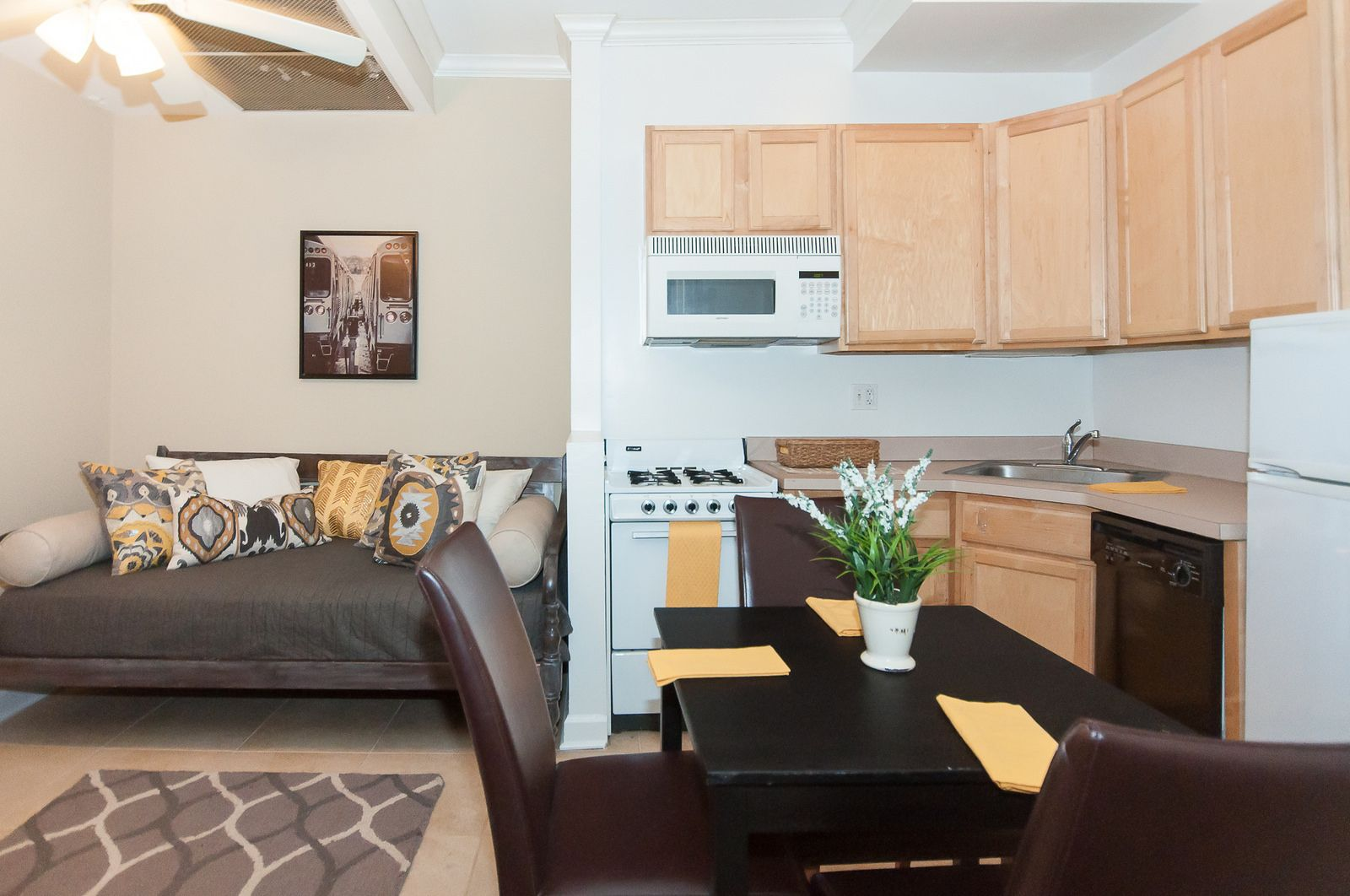 This Chicago Studio Apartment Is So Spacious There Is Room For A Dining Table Large Bed And A Great Size Kitc Chicago Apartment Large Beds Rental Apartments