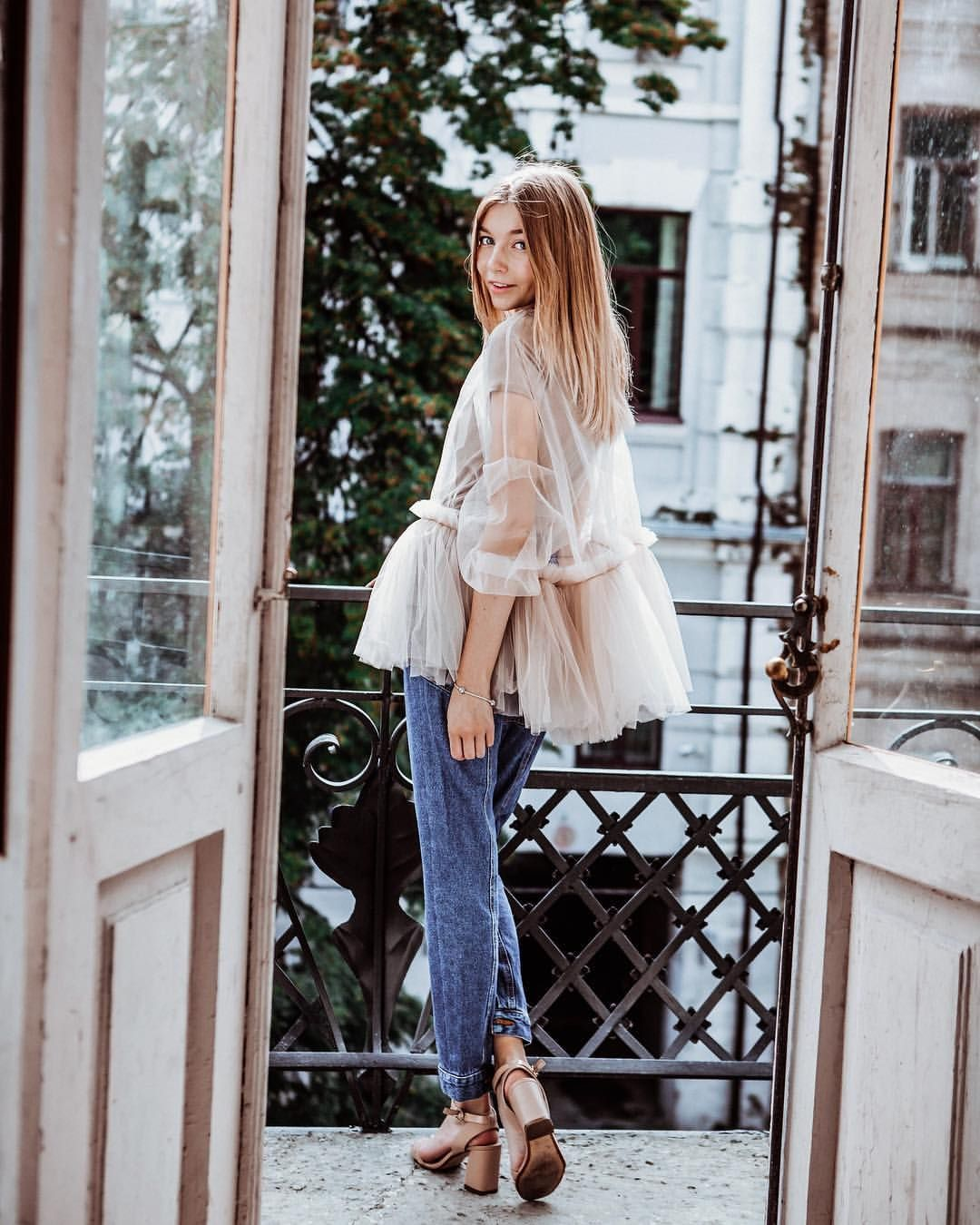 devushki-na-balkone-foto