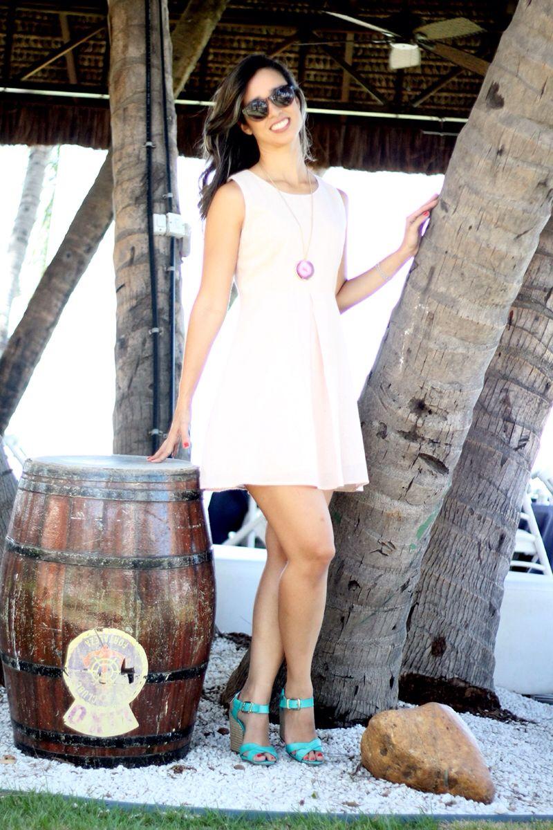 Vestido rosa claro com abertura nas costas