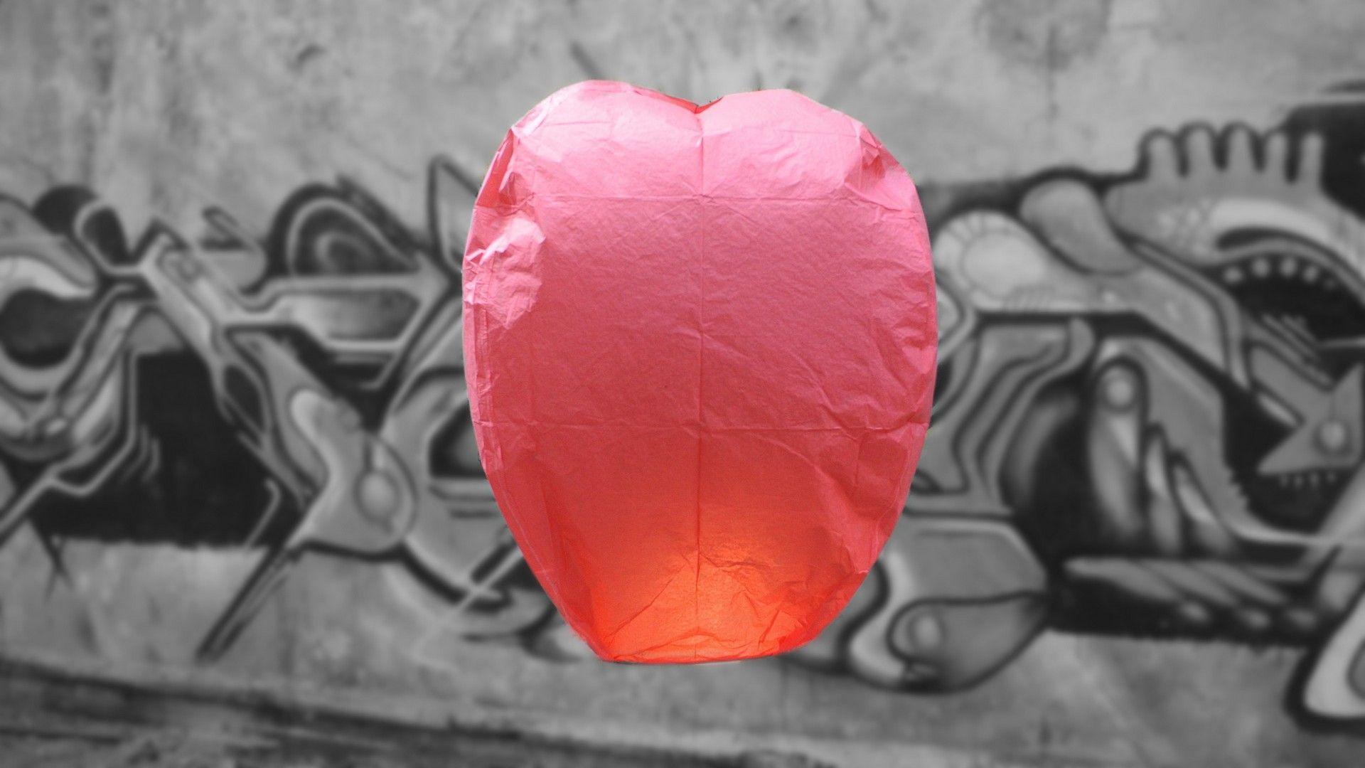 Rode Wens Ballon - Vliegende Lantaarn ProWens ballonnen hebben de klassieke vorm van een hete lucht ballonHoogte van de lantaarn is 75 cmDe lantaarns hebben een reeds gemonteerde en afgeschermde brander,...