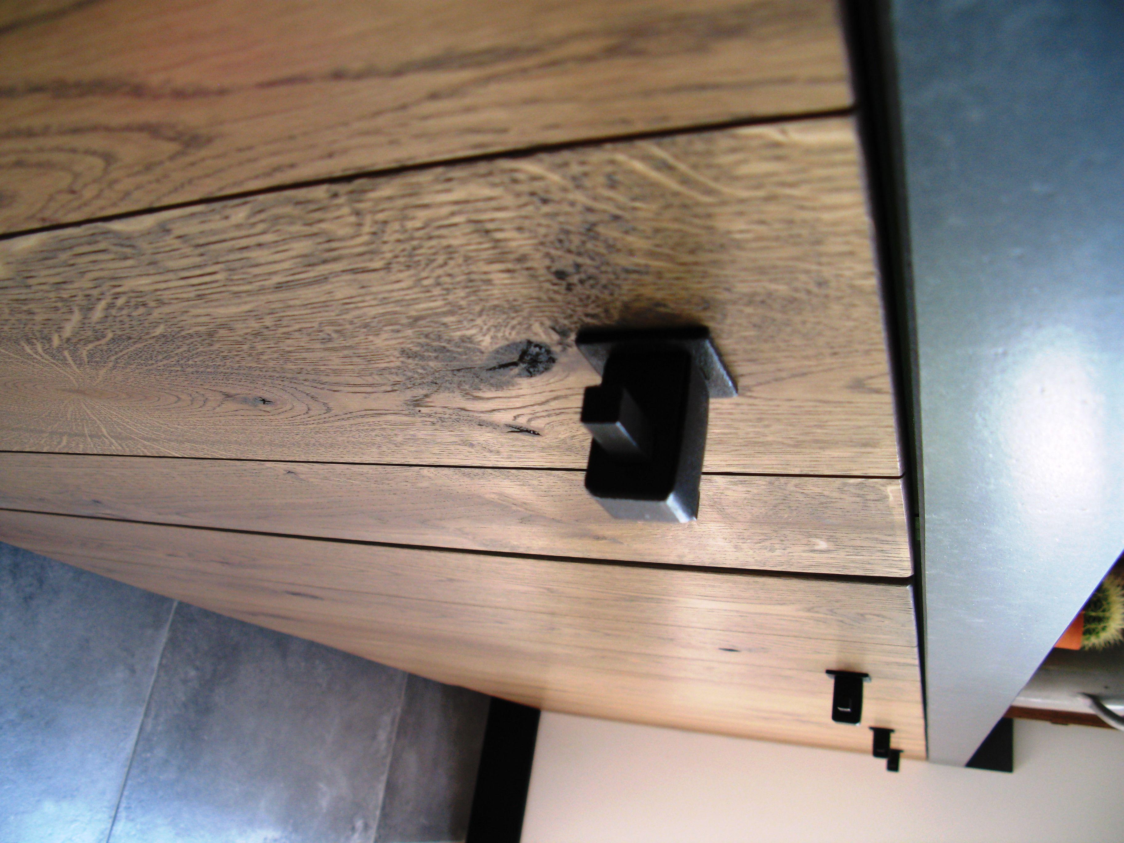 Jan Diepeveen Keukens : Een stoer front met een robuuste knop. perfecte combinatie