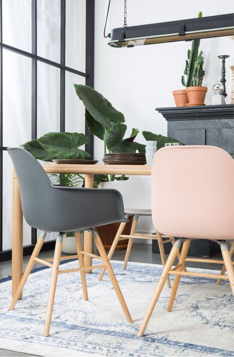 Roze kuipstoel in industriele eetkamer - Shopinstijl.nl