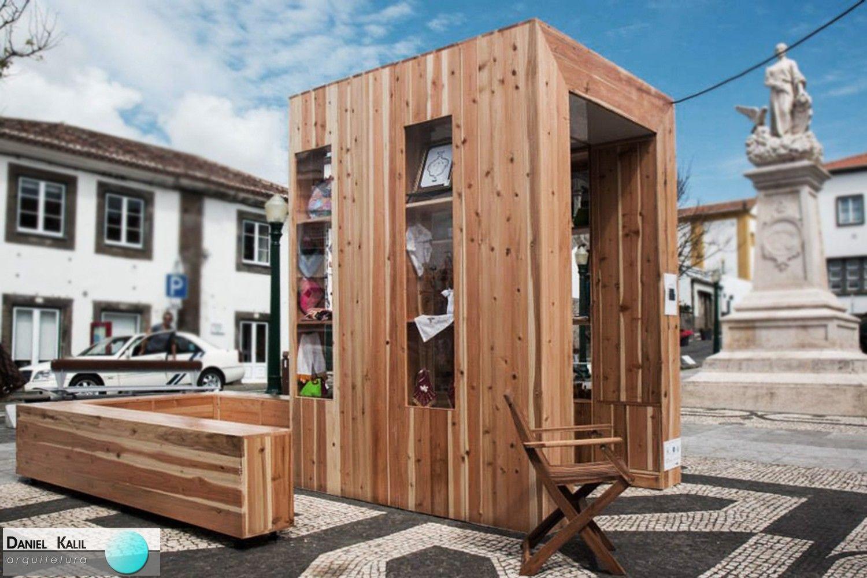 Este é o Quiosque PopCraft, projeto vencedor do 1º prêmio do Concurso PopCraft. Realizado em Lisboa no ano 2014, este projeto foi todo executado em criptoméria, uma madeira típica da região, e tem o objetivo de ser um local para venda e divulgação de produtos artesanais. Projeto: André Vieira + Flávio Serpa.