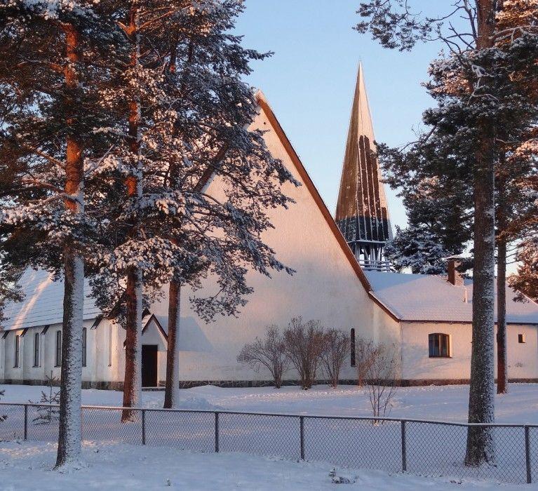 Pellon kirkko pitäjän keskustassa