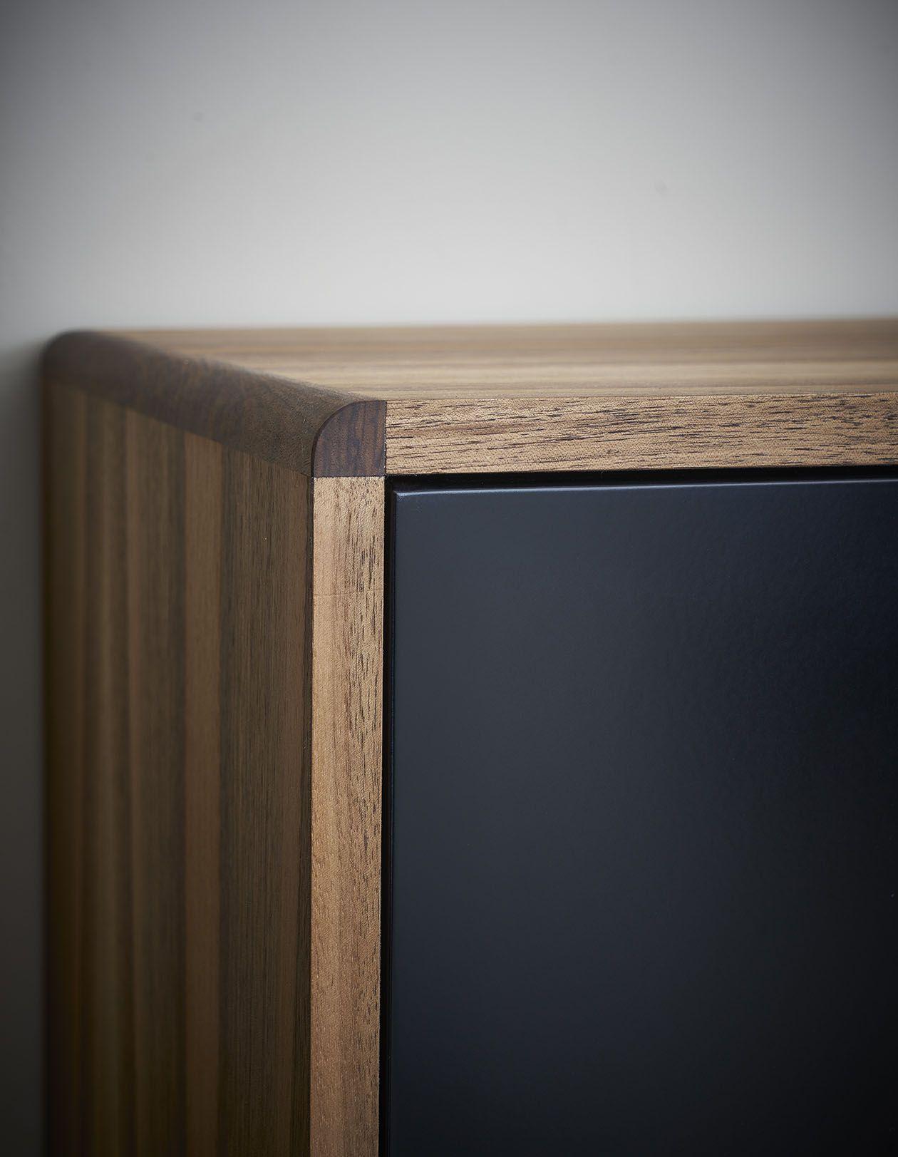 Buffet design en bois et noir pieds en métal laqué noir pour le