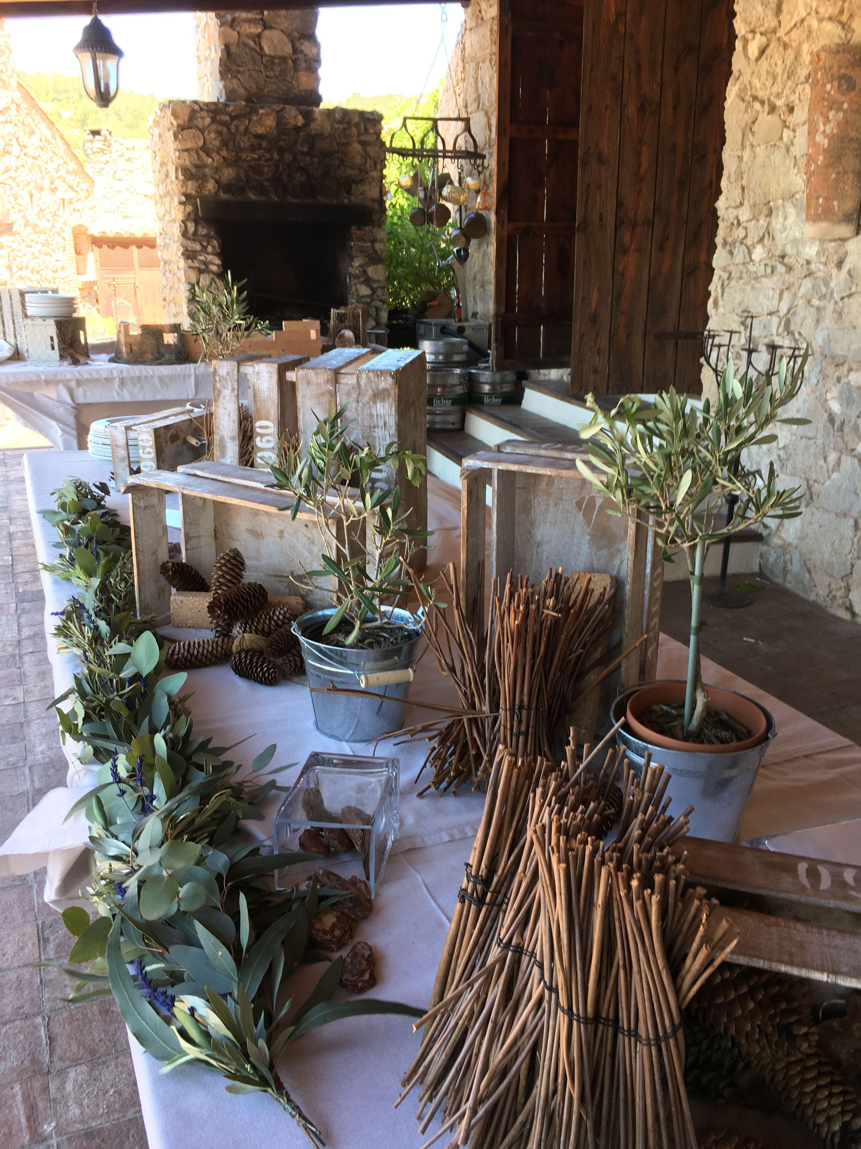 Decoración mesa imperial. Guirnalda de eucaliptos, olivo y lavanda. #garland #greengarland #tabledecoration #wedding #spanishwedding #rusticwedding #casafelix #boda #decoracionboda #sitges #sitgesbodas #weddingsitges #mediterraneanwedding