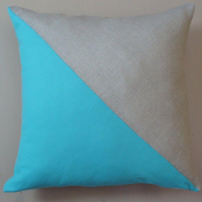Coussin double triangle en lin naturel et coton turquoise