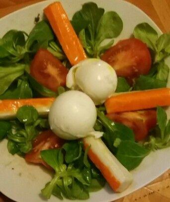 Salade bonne,facil et rapide   -1 œeuf dur -4 bâtonnets de surimi  -Une tomate  -Salade /mache .   MIAM !!