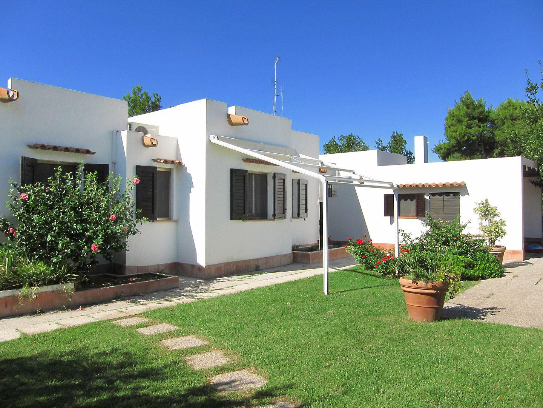 Villa Bianca- Besondere Atmosphäre durch stilvolles Holzdesign bestimmt, großer Salon mit Terrassenausgang und riesiger Garten. #Sardinien #Geremea #Sardegna