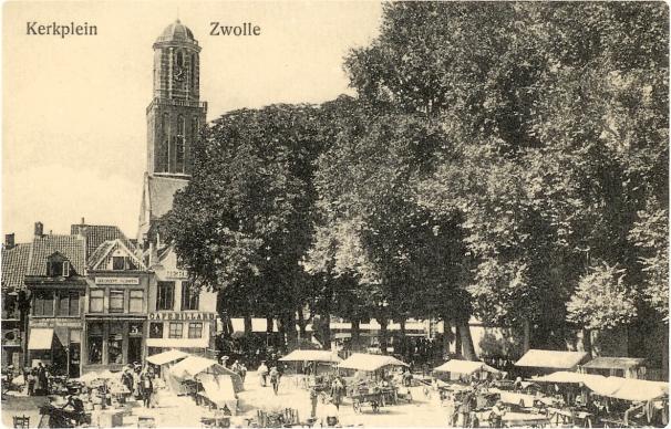 Markt op het kerkplein met in de achtergrond de Peperbus.