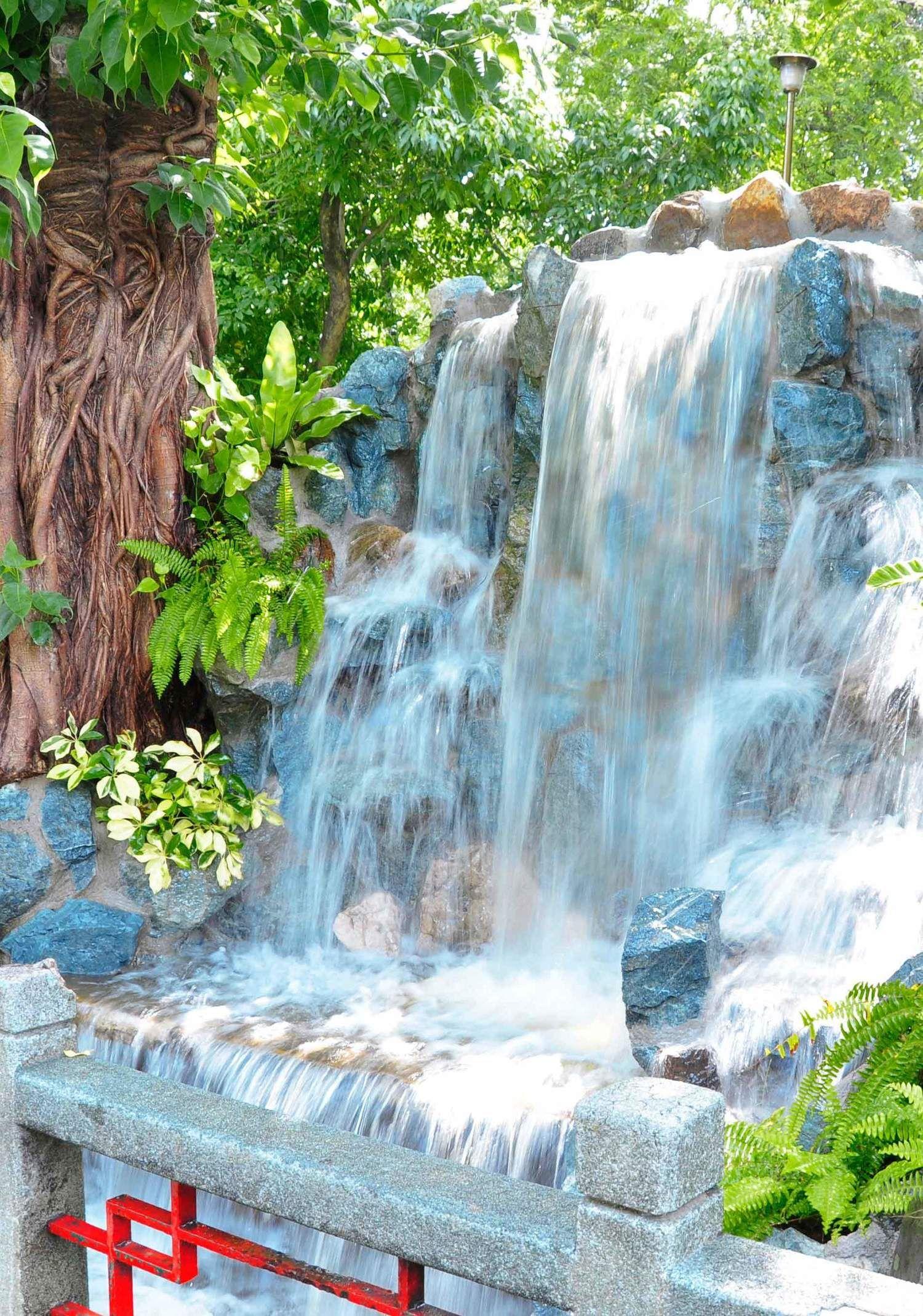 Pinspiration - 90 Stylish Backyard & Garden Waterfalls | Garden ...