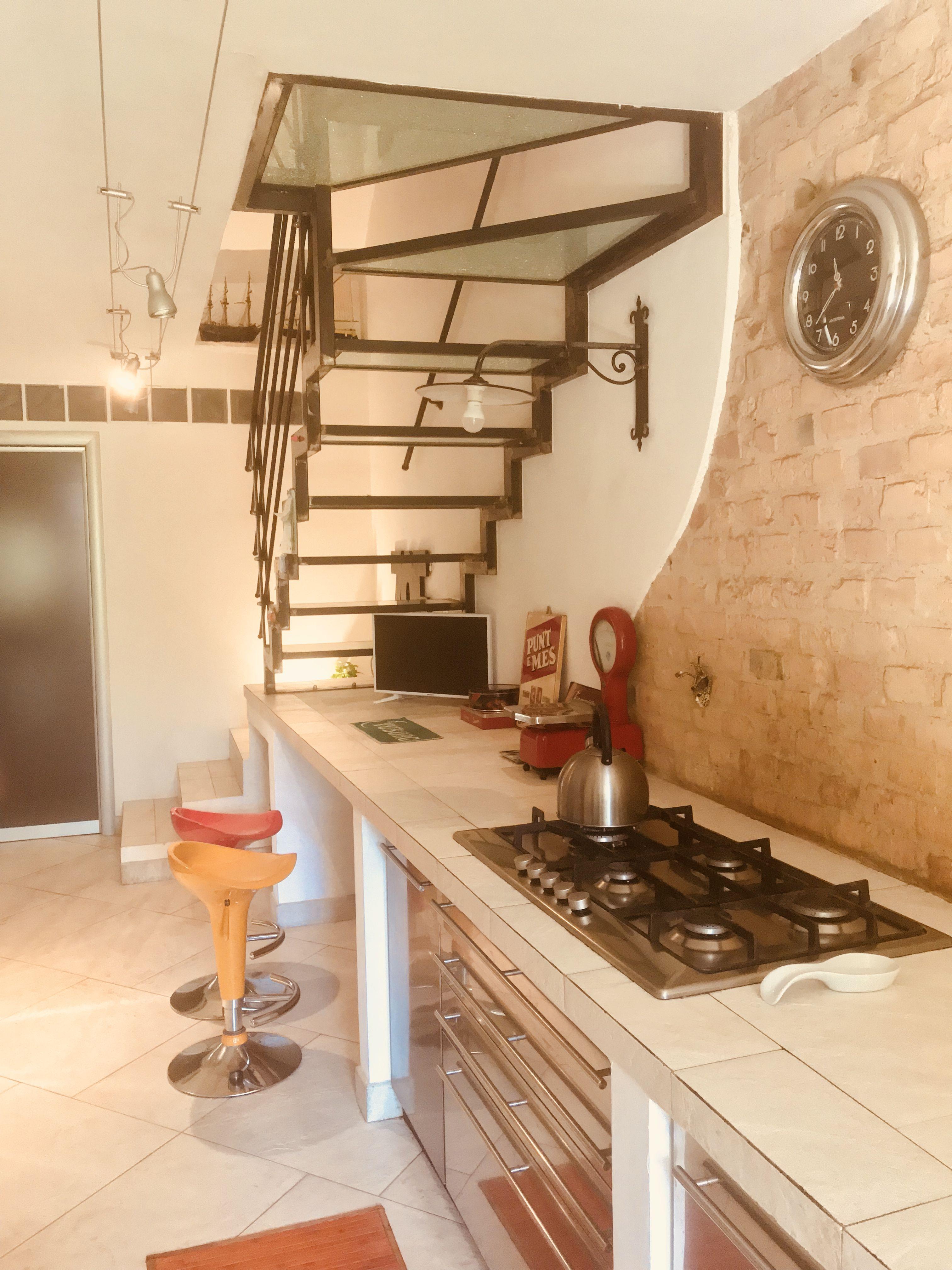 Cucina in muratura integrata con scala in ferro e vetro. Il piano ...