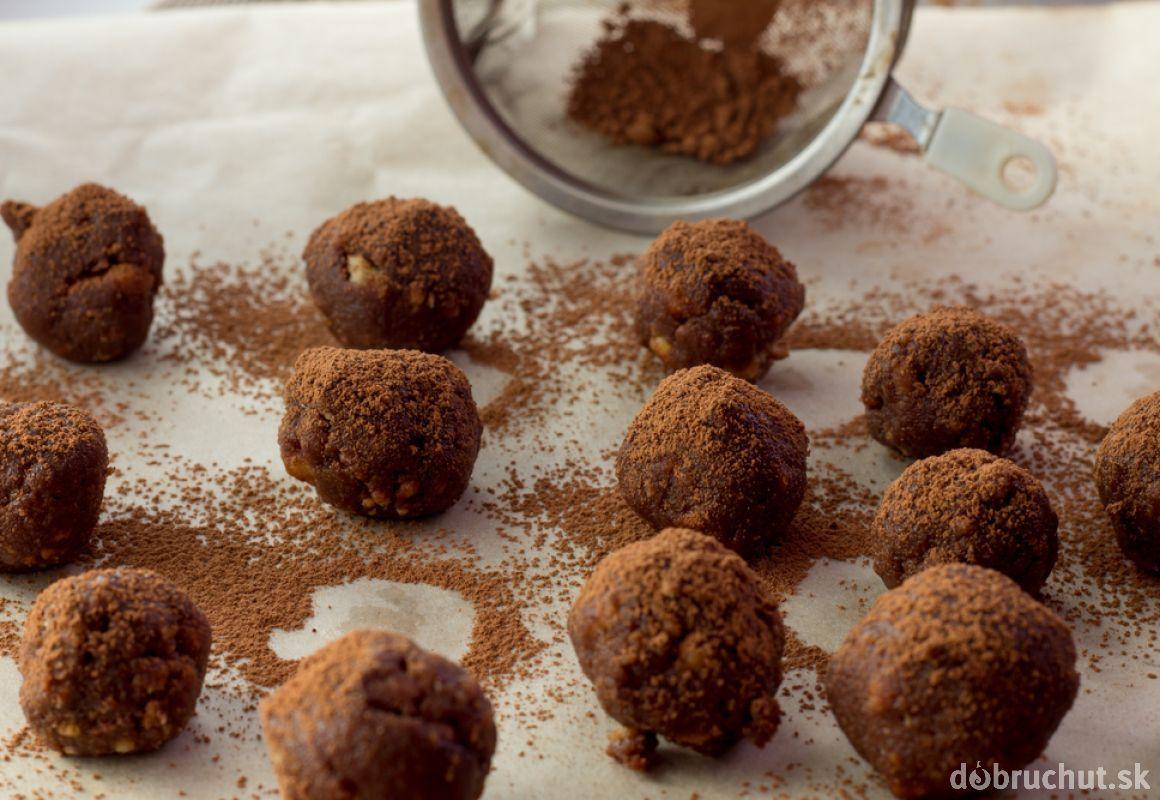 Čokoládové truffles plnené kandizovanou čerešňou
