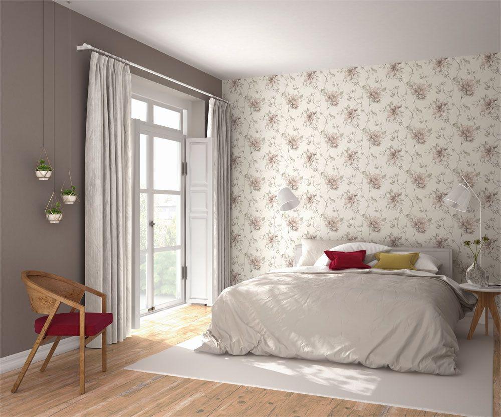 Ljus småmönstrad tapet ger sovrummet en ombonad känsla från ...