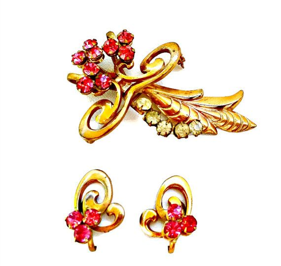 Vintage hot pink rhinestone brooch and earrings set. This vintage jewelry set includes a brooch and screw on earrings  Approximate measurements: