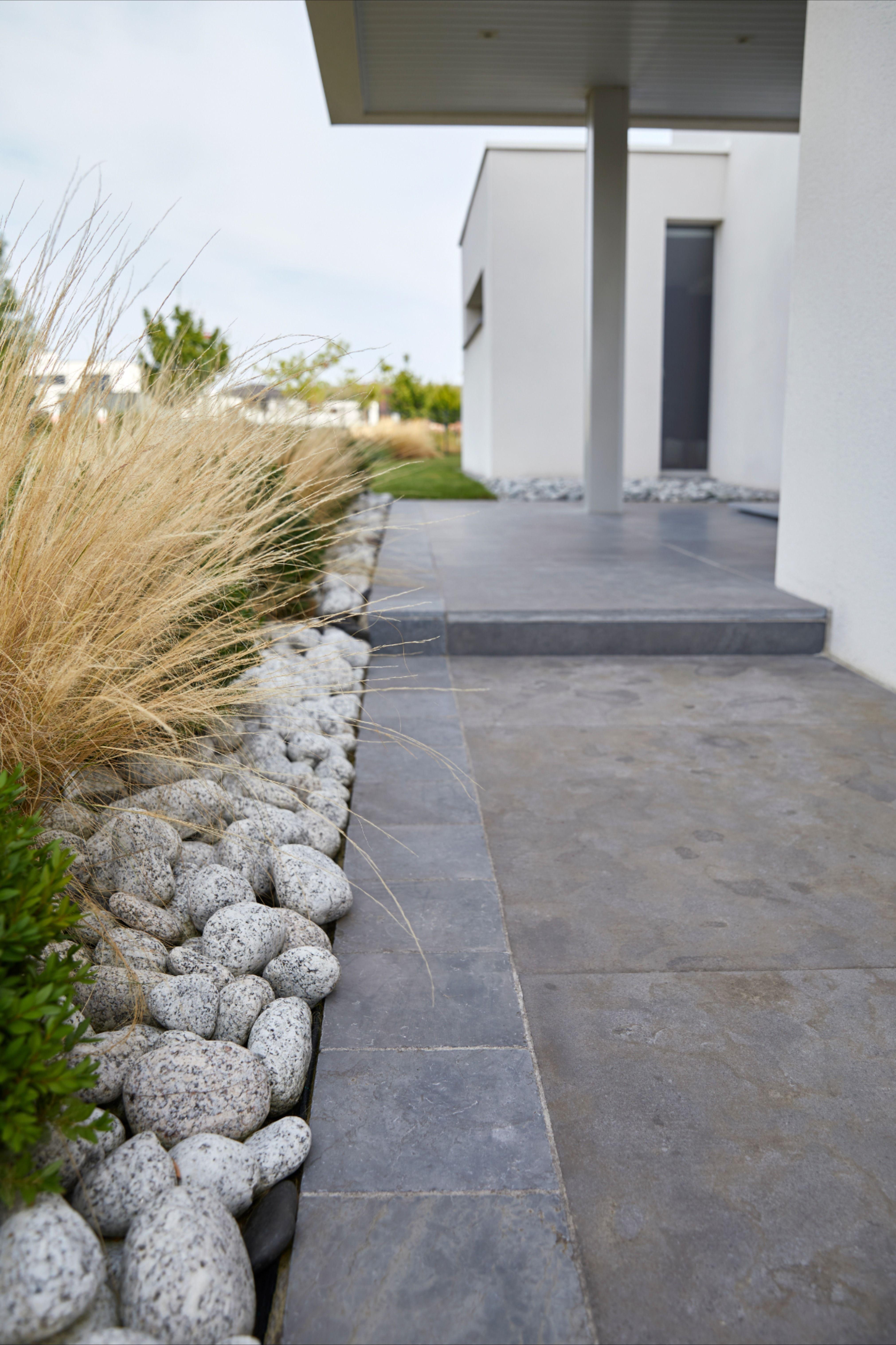 Une Terrasse A L Aspect Moderne Et Resolument Contemporain Qui Contraste Avec La Vegetalisation Castorama Inspirat En 2020 Amenagement Jardin Sol Exterieur Jardins