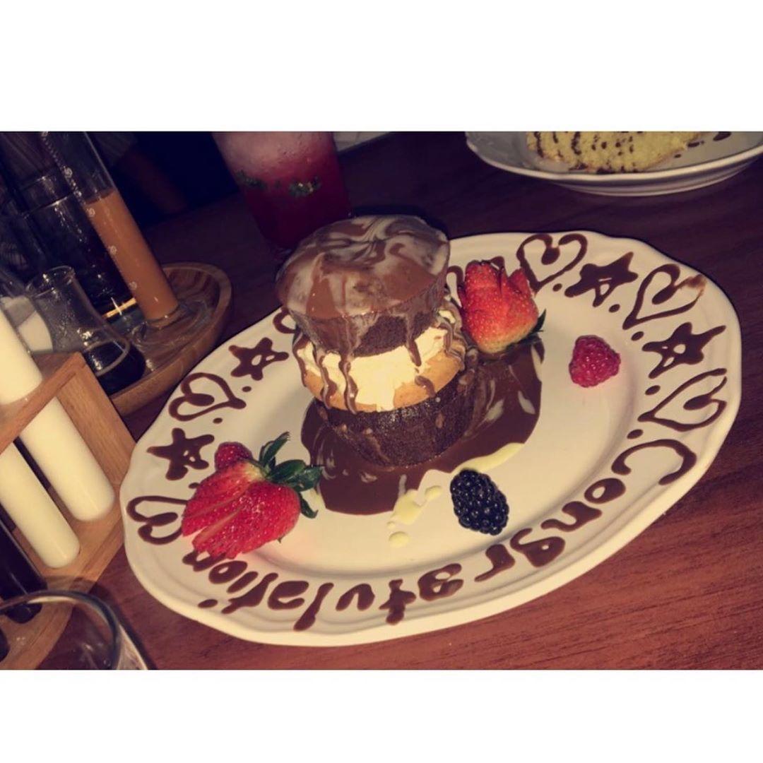 Cafune 4 كافونيه مطعم و كوفي مكانه الملك عبدالعزيز فيه جلسات مفتوحه اللي يحب جربت كعكه التمر ٤٥ ريال كعكه الحليب ٣٠ ريا Cake Desserts Food