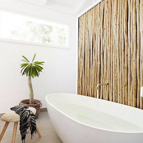 Un mur en bois flotté dans une salle de bain amène un petit côté ...