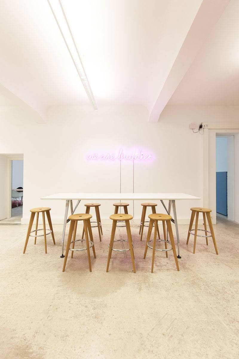»Drive-by-Meetingpoint« mit dem Leuchtschrift-Schmuckstück »we are buddies« #pagemag #BlickinsStudio bei buddybrand in Berlin