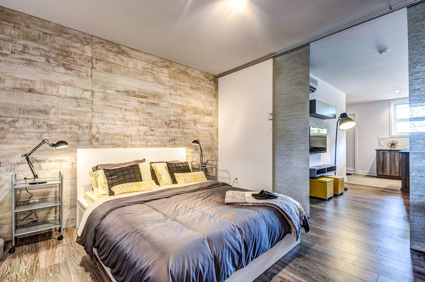 Chambre de loft avec mur de palettes de bois  Y Condos  Lofts en 2019  Loft Condo et Home Decor