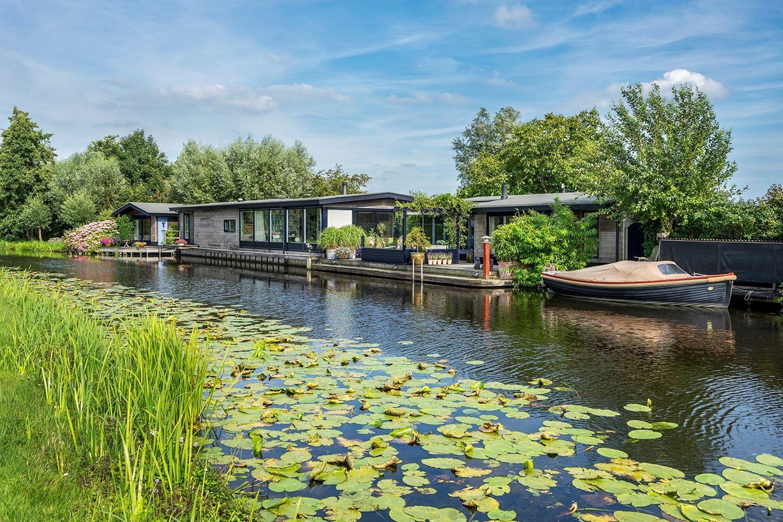 Te koop, schitterende watervilla in Zegveld, gemeente Woerden via funda https://www.funda.nl/koop/zegveld/huis-49372422-meije-286/