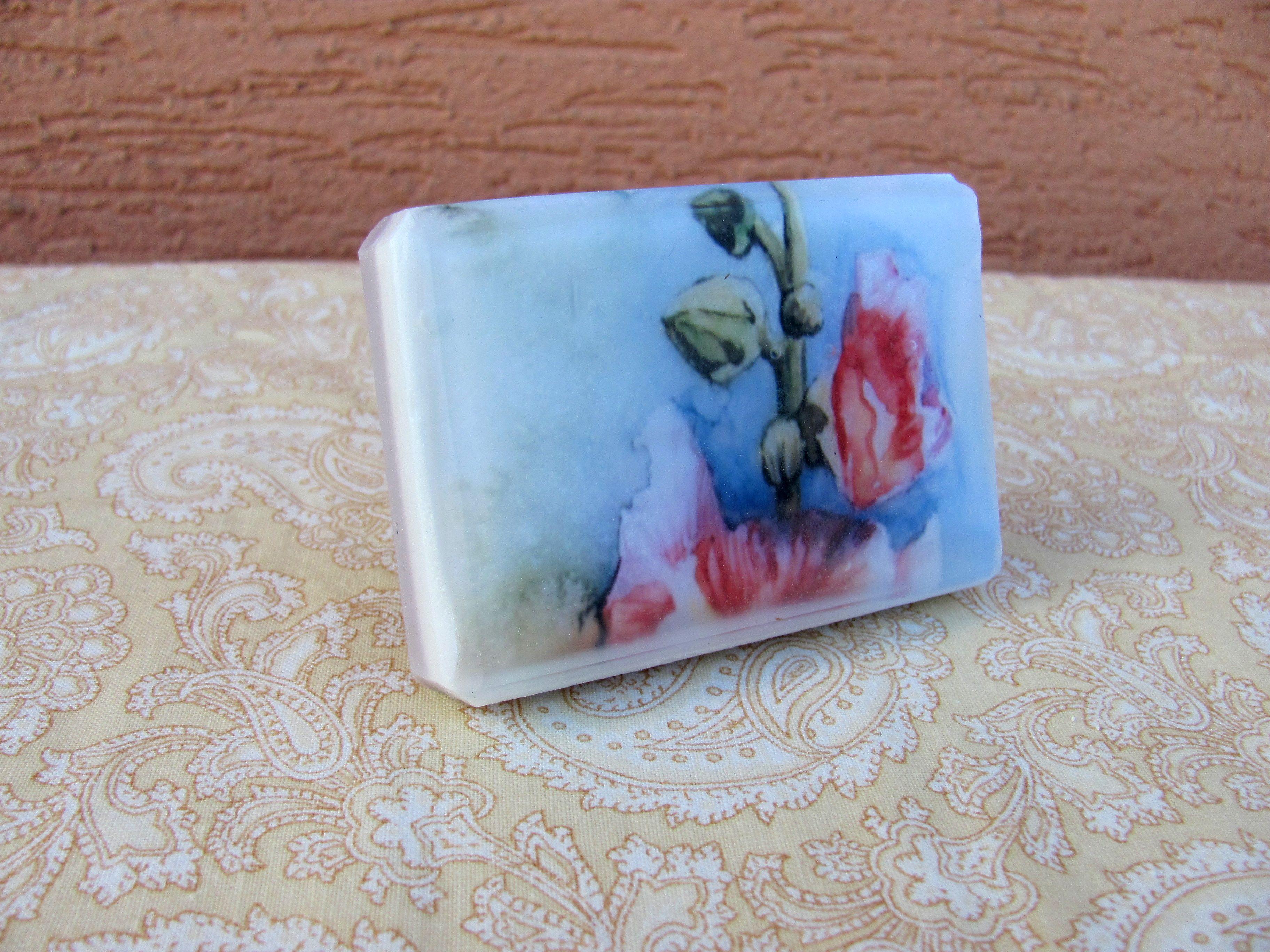 Glycerínové mýdlo s květinovou dekorací.