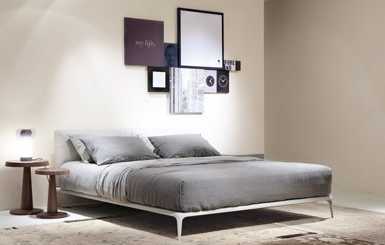 Nach Einem Entwurf Von Carlo Colombo Entstand Das Bett Park,  Charakterisiert Durch Die Große Horizontale Ausdehnung Und Die  Gleichzeitige Schwerelose ...