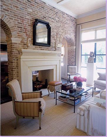 Magnifique mur brique et alcove foyer blanc plafond for Brique foyer interieur