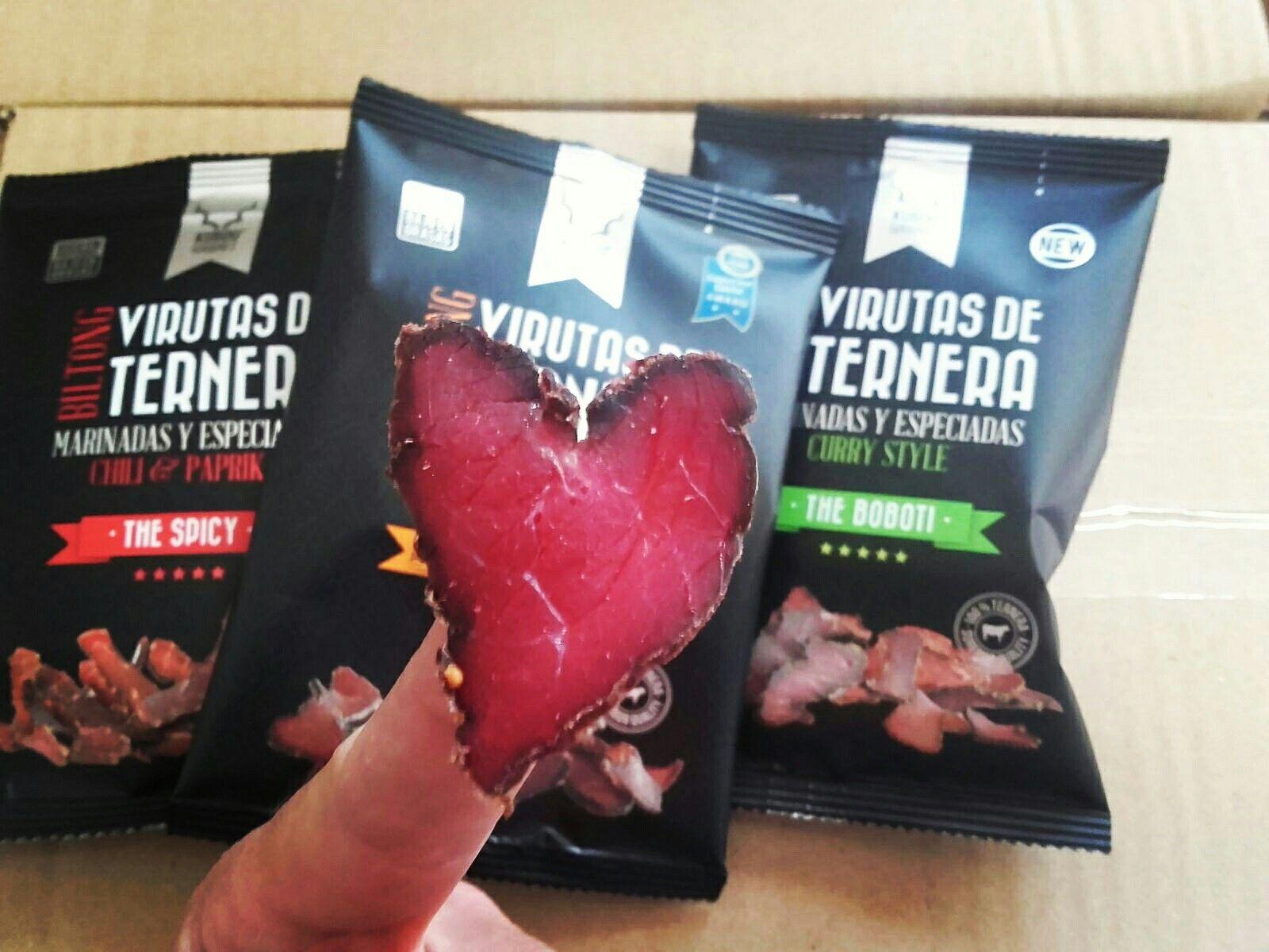 PASION POR EL BILTONG Nuestras selectas #virutasdeternera #mediterraneo #Kubdu #biltong son pura pasion.  Cada corte es unico en funcion del tamaño, corte y grosor de la pieza / bistec. Y a veces te encuentras sorpresas como este intenso corazon. Dedicado a todos nuestros fans, una señal inequivoca del amor intenso que le ponemos y de lo saludable que es el producto :) #health #heart #saludable #corazon #love #taste#special #unique #veal #madeinbarcelona