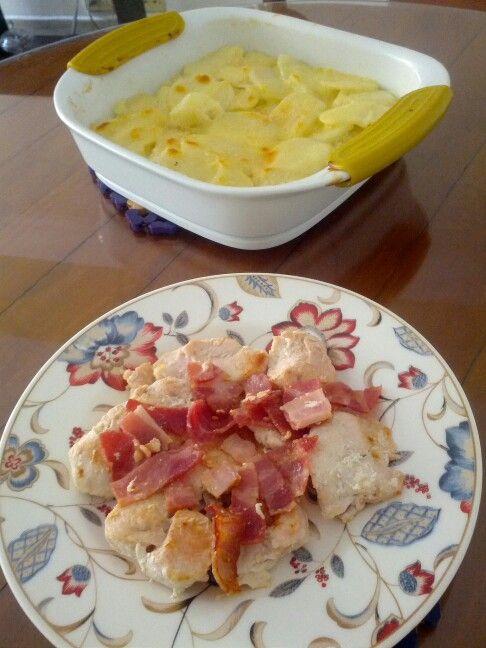 Molde de papas con cebolla, mantequilla, crema de leche y queso con pechuga de pollo con tocineta