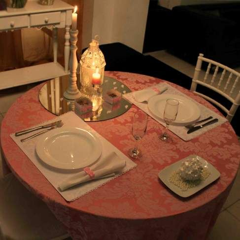 Mesa rosa e branca, com detalhes de porta guardanapos, caixinhas para doces, velinhas personalizadas e flores de papel perolado arrematada com pérolas. Produzido por Amor em Sachê.