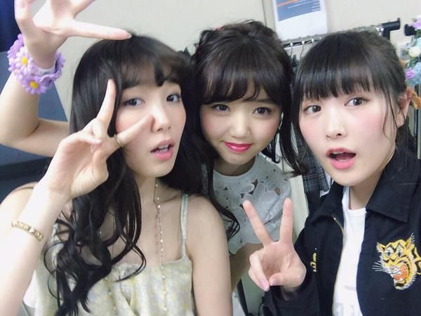 When #girl visited Marie Iitoyo (left) and Manami Enosawa (center) at their dresser to enjoy a good chat. #japan #model RT @manami_enosawa 柴田まじ好きだわ〜。本当大好きだわ〜。笑 楽屋まで会いに来てくれて少しの時間だけどめっちゃ喋った。笑 pic.twitter.com/XsMRUOuQrx