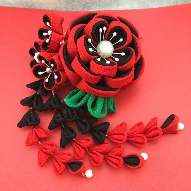 赤と黒でモダンな感じの簪に出来上がりました。コーム簪15足(花の部分は11㎝×9㎝)下がりUピン(12㎝)