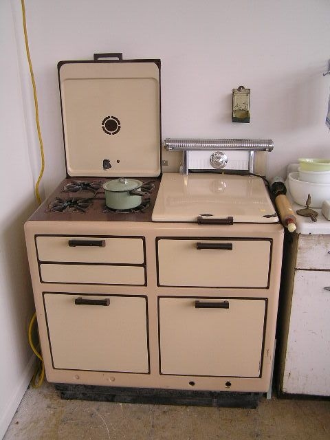 Old Bengal Gas Stove Two Toned Enamel For 425 I Would Choose A Different Color Or Two A Rich Crea Vintage Kitchen Vintage Kitchen Appliances Vintage Stoves