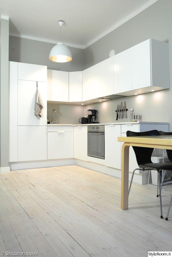 keittiö,valaisin,välitila,lautalattia,keittiönkaapit,veitsiteline  Kitchen d