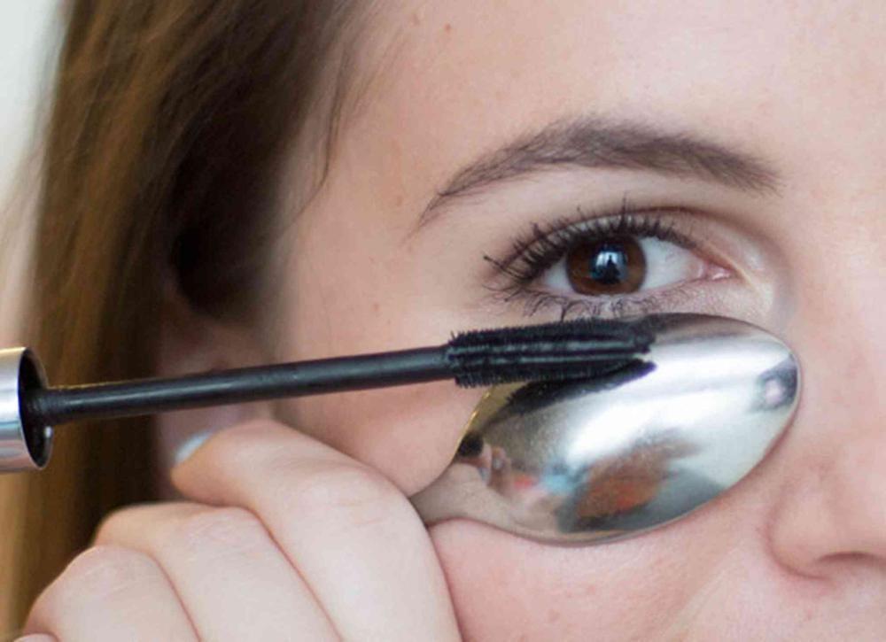 Appliquer son mascara sans gâchis - truc cuillère