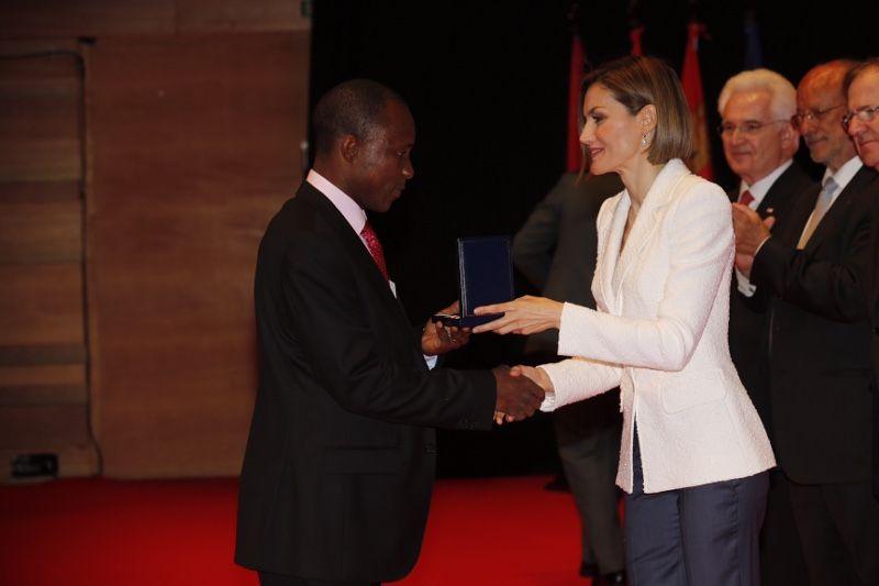 Doña Letizia entrega la Medalla de Oro a Daniel Fallah Kamara de Cruz Roja de Sierra Leona por la respuesta a la epidemia de ébola en África Occidental Auditorio Miguel Delibes. Valladolid, 08.05.2015