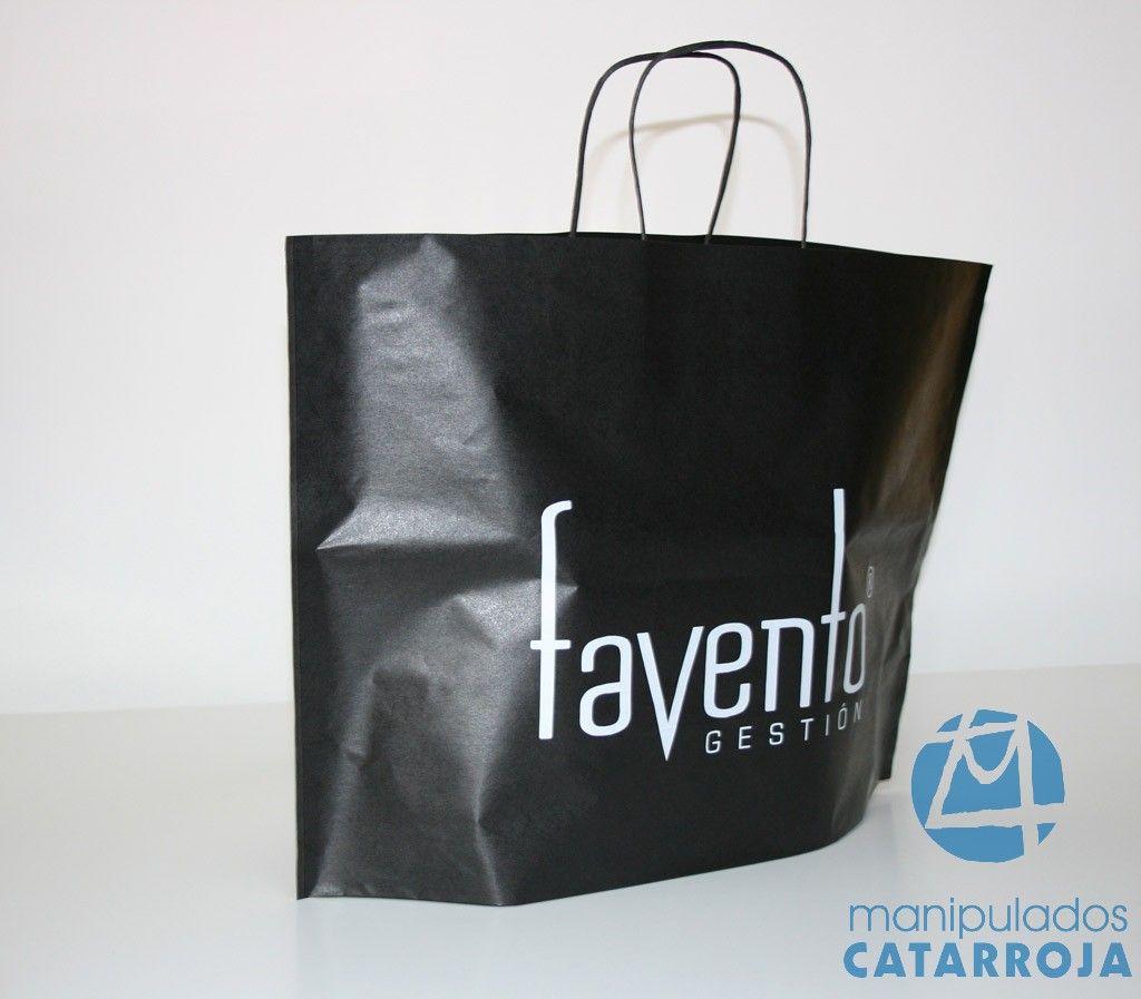 Bolsas de papel con impresión y asas de cartón, esta bolsa al no tener fuelles se puede ampliar el logotipo.