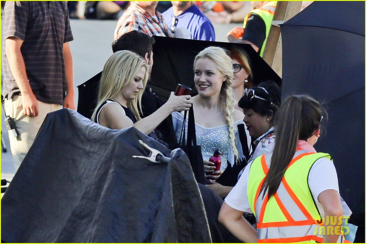 First Pics Of Georgina Haig As Frozen S Queen Elsa On Once Set Once Upon A Time Ouat Captain Swan