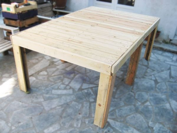 simple pallet table with fabriquer une table en bois exterieur. Black Bedroom Furniture Sets. Home Design Ideas