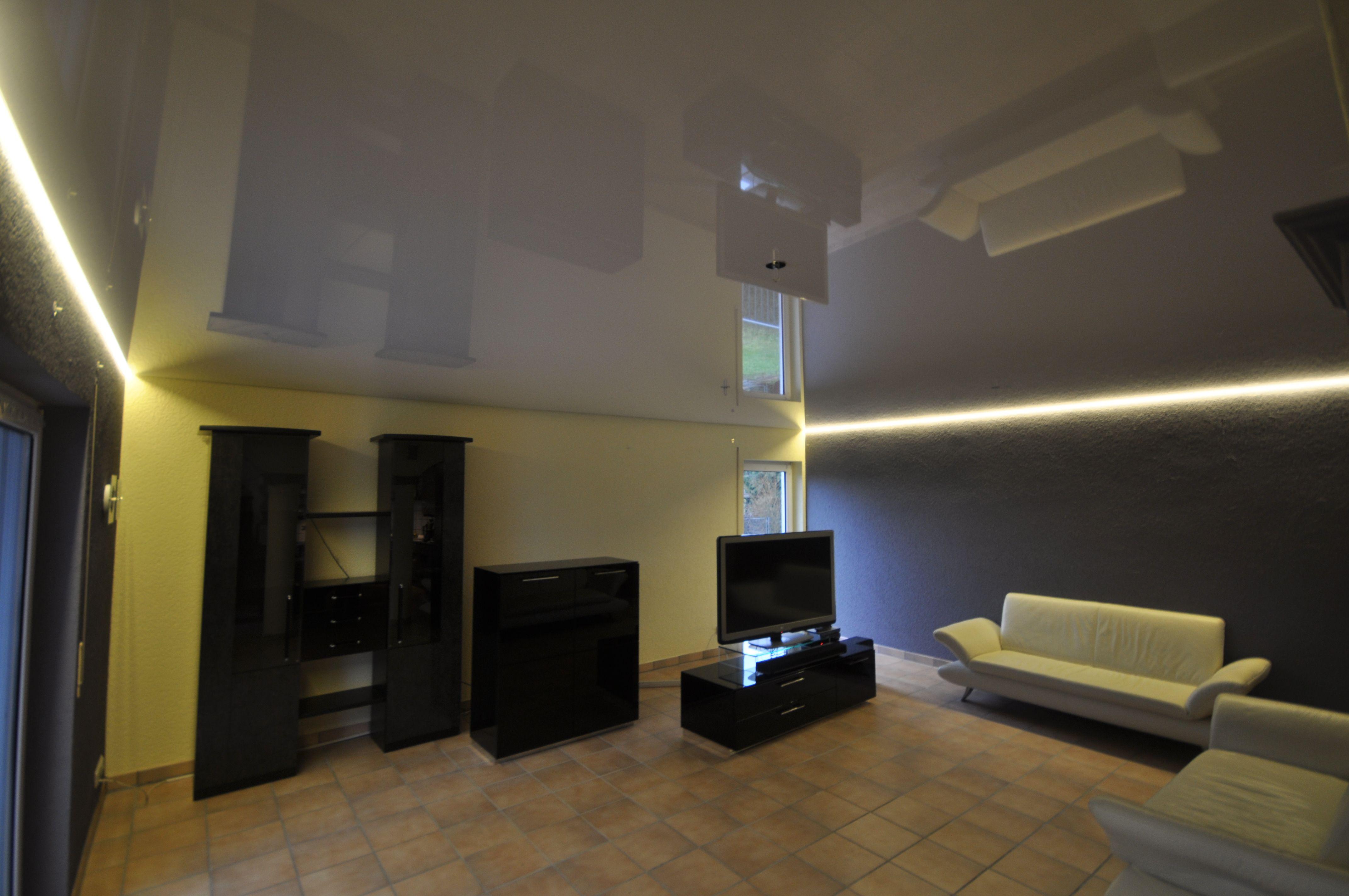 Wohnzimmer Mit Hochglanz Spanndecke Und Led Beleuchtung In Der Schattenfuge Wohnzimmer Spanndecke De Beleuchtung Wohnzimmer Wohnzimmer Design Wohnzimmer Ideen