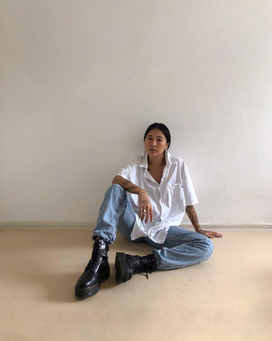 """Photo of Luciane Sakon ⠀⠀⠀⠀⠀⠀⠀ no Instagram: """"4 looks basiquinhos com 1 calça jeans 🤍 Queria usar o terceiro look hoje! E vocês, gostaram mais de qual? #stayhome #everydaystyle #ootd """""""
