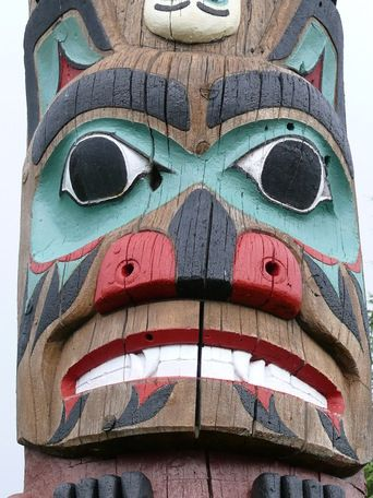 Bear Face On A Totem Pole With Images Bear Totem