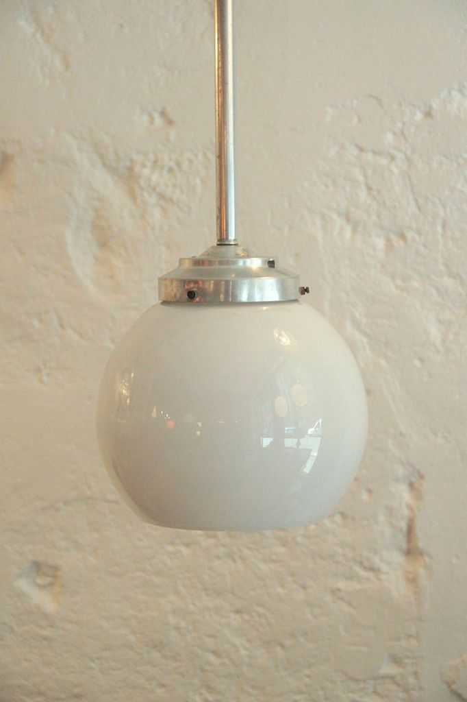 ancienne suspension globe en verre opaline boule blanche mont e sur tige aluminium http www. Black Bedroom Furniture Sets. Home Design Ideas