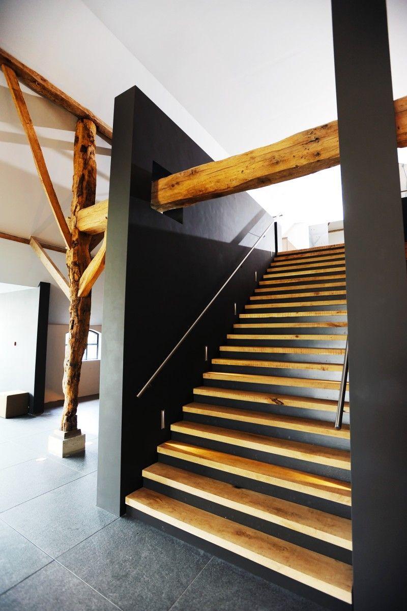 Bijzondere houten trap in presentatie ruimte met het for Trap hellingshoek